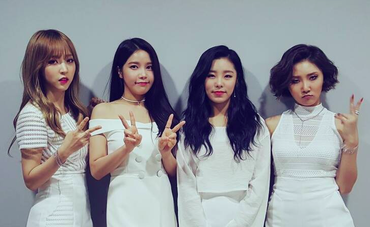 MAMAMOO's Fans Help Out Fellow Fan With Hearing Impairment