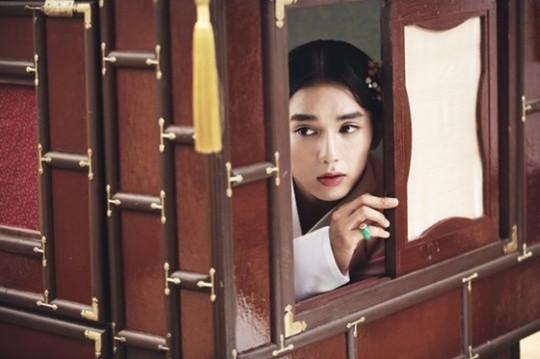 """Yoo Seung Ho Transforms Into A Fair Maiden In New """"Kim Sun Dal"""" Stills"""