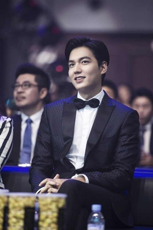 "Lee Min Ho Receives Award At ""2016 Weibo Movie Night"""