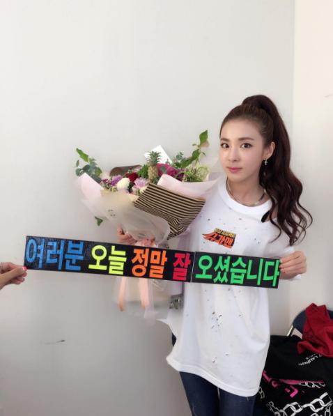 """2NE1's Sandara Park Says Goodbye To """"Sugar Man"""""""