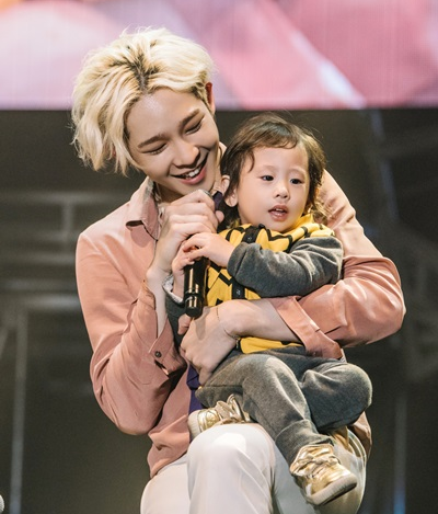 """WINNER Shares The Stage With The Kids Of """"Half-Moon Friends"""""""
