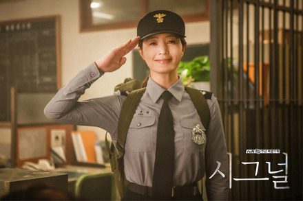 """Kim Hye Soo Reveals How Acting As A Younger Version Of Herself In """"Signal"""" Made Her Feel"""