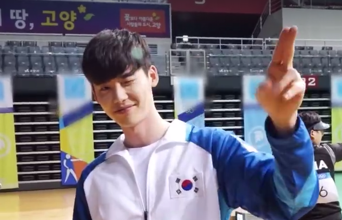 """Lee Jong Suk Enchants With Winks And Air Kisses In Behind-The-Scenes Clip For """"W"""""""