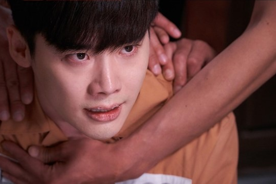 "New Stills From ""W"" Show Glimpses Into Lee Jong Suk's Dark Past"