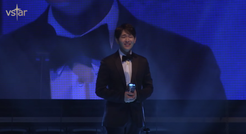"Watch: SHINee's Onew Treats Fans To His Crying Acting While Receiving ""Scene Stealer"" Award"