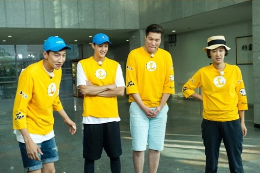 "Lee Kwang Soo's Giraffe Friends Have His Back On ""Running Man"""