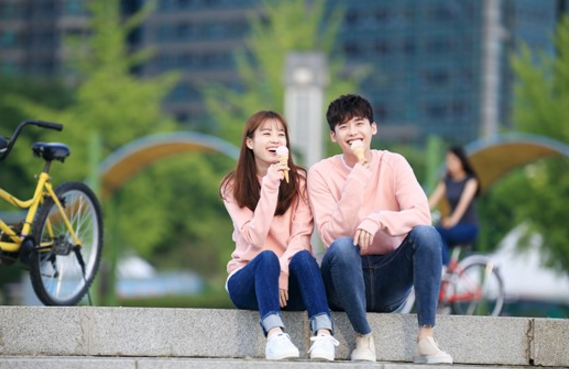 """W"" Releases Stills Of Han Hyo Joo And Lee Jong Suk Enjoying A Date"