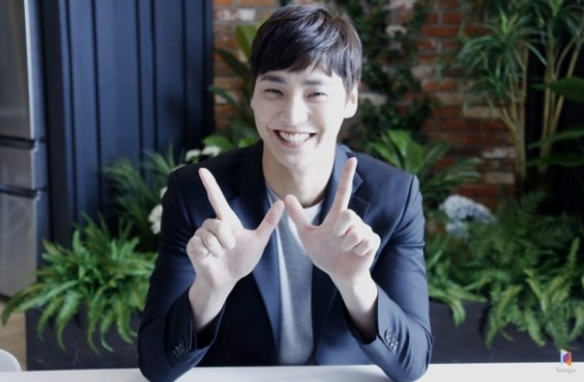 """Lee Tae Hwan Shows Aegyo For Behind-The-Scenes Photos Of """"W"""""""