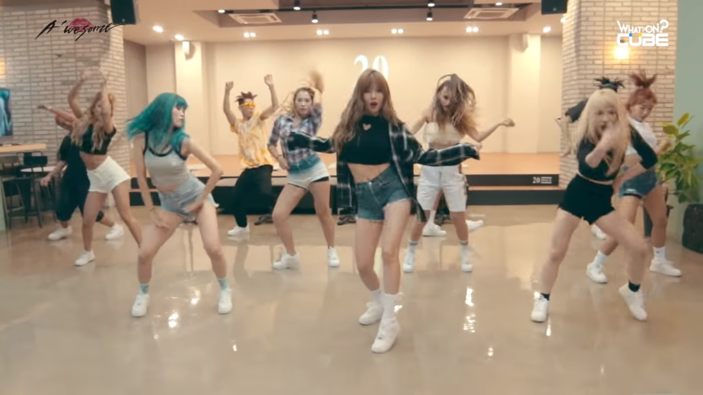 "Watch: HyunA Celebrates 1st Win For ""How's This?"" With Dance Practice Video"