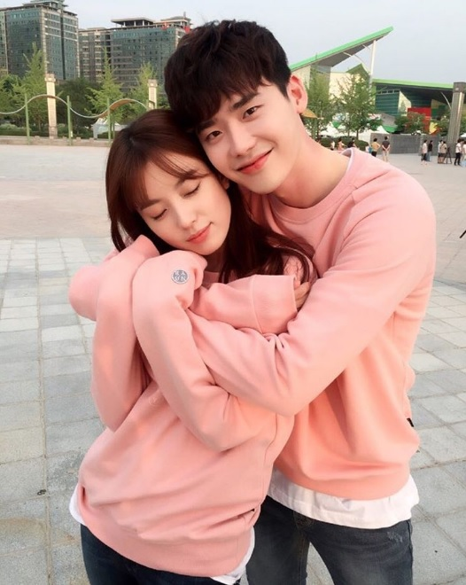 "Lee Jong Suk Gives Han Hyo Joo A Back Hug Behind-The-Scenes Of ""W"""