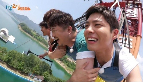 "Cha Tae Hyun Shows Off His Star-Studded Network, Recruits Park Bo Gum On ""2 Days & 1 Night"""