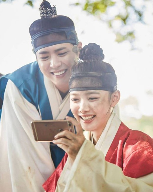 """Park Bo Gum And Kim Yoo Jung Are Simply Adorable Behind The Scenes Of """"Moonlight Drawn By Clouds"""""""