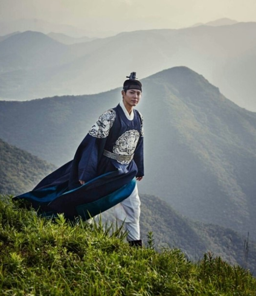 """""""Moonlight Drawn By Clouds"""" Reveals Stunning Photo Of Park Bo Gum"""