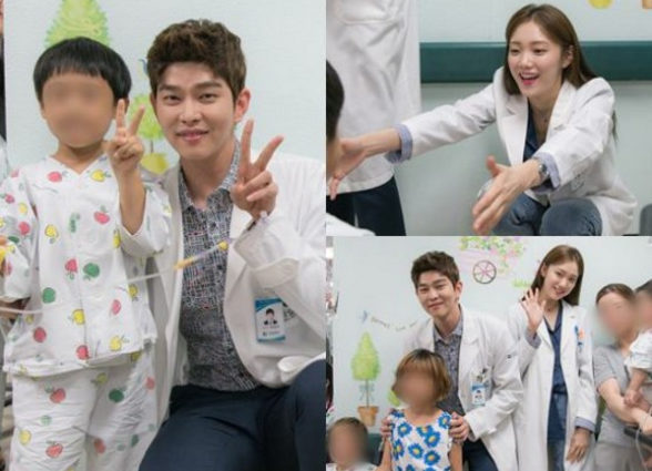 """Lee Sung Kyung And Yoon Kyun Sang Give Free Hugs To Patients For """"Doctors"""""""