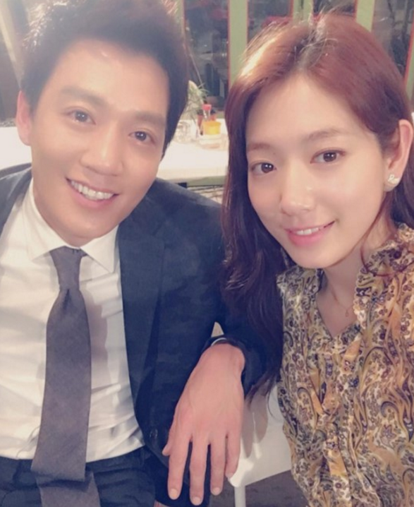 """Park Shin Hye And Kim Rae Won Take A Selfie For Last Episode Of """"Doctors"""""""