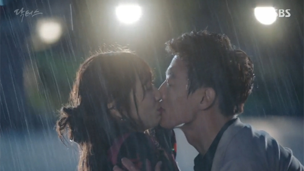 """The Kiss Scene In the Rain Was A Mistake, Says Kim Rae Won Of """"Doctors"""""""