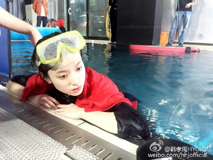 "Han Hyo Joo Shares Photos From ""Tough But Fun"" Underwater Filming For ""W"""