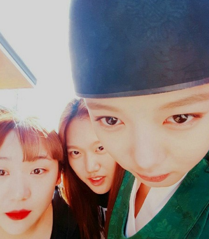 """Kim Yoo Jung Encourages Viewers To Watch """"Moonlight Drawn By Clouds"""" With Silly Selfie"""