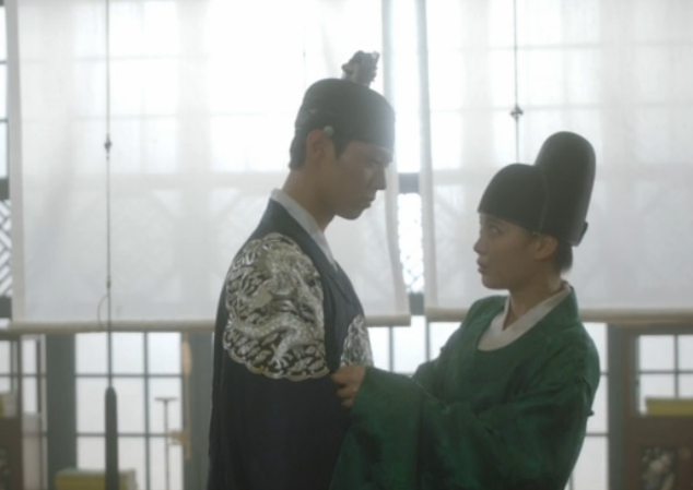 """Park Bo Gum And Kim Yoo Jung Are Cuddly On Set Of """"Moonlight Drawn By Clouds"""""""