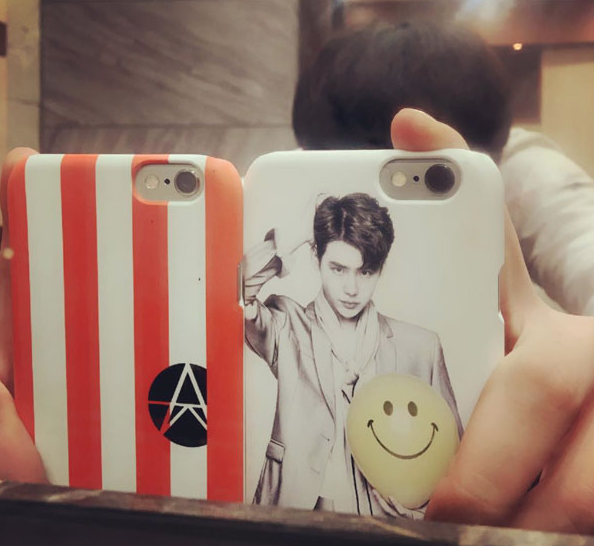 Lee Jong Suk Reveals A Familiar Face On His New Phone Case