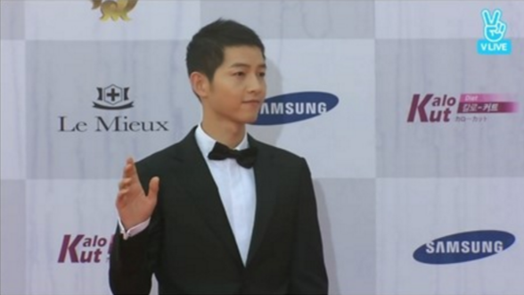 "Song Joong Ki Talks About ""Moonlight Drawn By Clouds"" And Working With Park Bo Gum At Seoul Drama Awards"