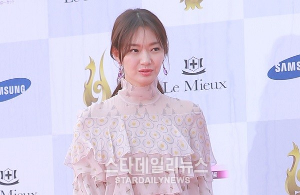 "Shin Min Ah Says She Has Been Watching ""Uncontrollably Fond"" Diligently"