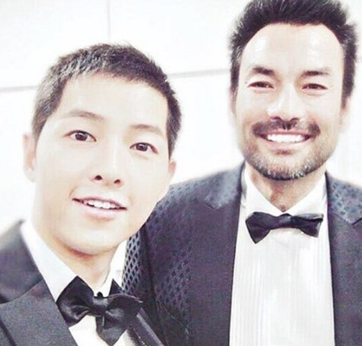 "Song Joong Ki And David McInnis Have Mini ""Descendants Of The Sun"" Reunion"