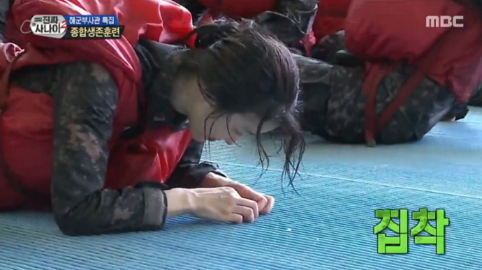 "Watch: Lee Si Young Eats A Choco Pie Off The Floor In ""Real Men"""