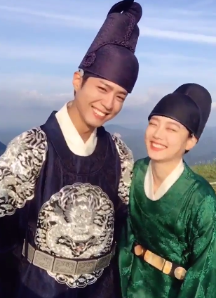 """Park Bo Gum And Kim Yoo Jung Record A Giggly Message For """"Moonlight Drawn By Clouds"""""""