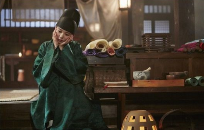 """Kim Yoo Jung Is Totally Flustered After Kissing Park Bo Gum In """"Moonlight Drawn By Clouds"""""""