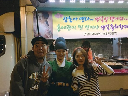 "Kim Yoo Jung Celebrates Surprise Birthday Party On ""Moonlight Drawn By Clouds"" Set"