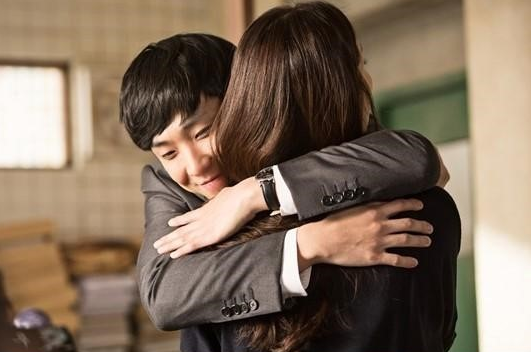 "Lee Joon Welcomes Choi Ji Woo With A Hug On ""Woman With A Suitcase"""