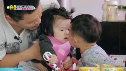 "Daebak Attempts A Noodle Kiss With YDG's Daughter Joy On ""The Return Of Superman"""