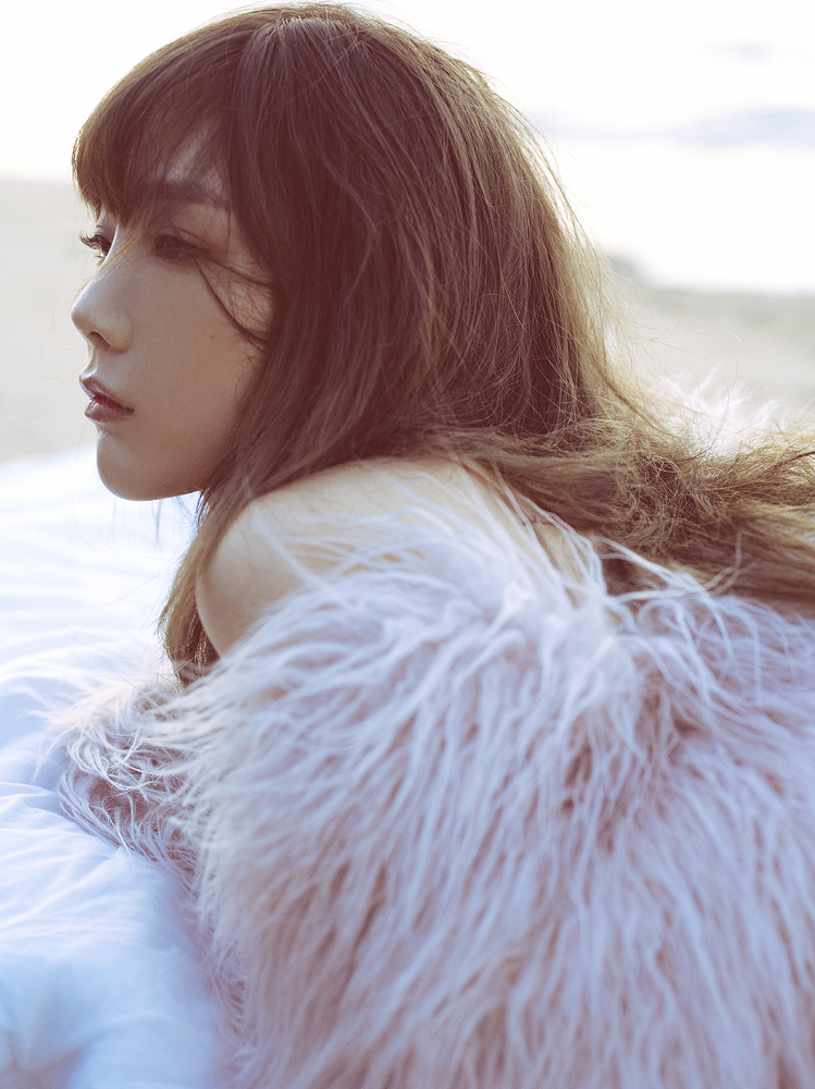 taeyeon releases another fall themed teaser image for 11 11 soompi. Black Bedroom Furniture Sets. Home Design Ideas