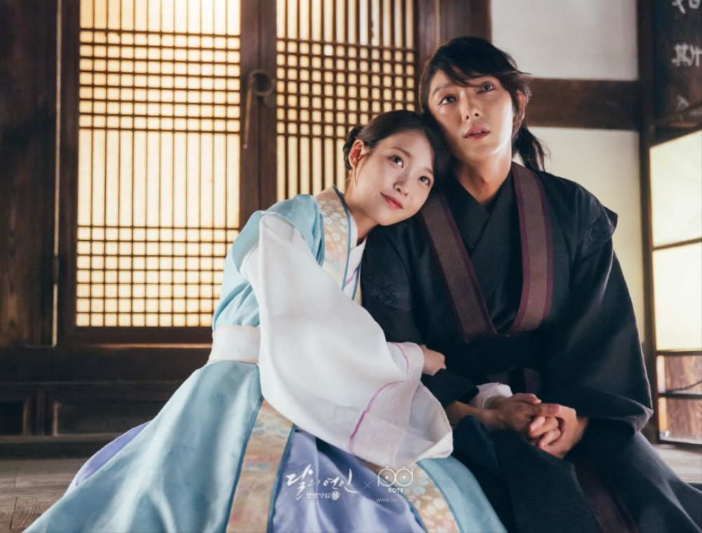 """Watch: IU Shares Funny Video Of Lee Joon Gi Taking Care Of """"Special Effects"""" For """"Scarlet Heart: Goryeo"""""""