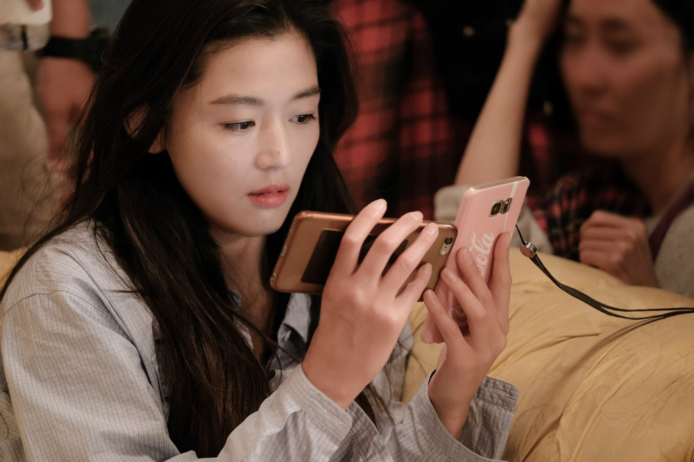 """""""The Legend Of The Blue Sea"""" Releases Stills Of Jun Ji Hyun's Character Transitioning To Human Life"""