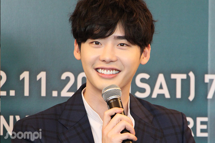 "Lee Jong Suk Talks ""W"" And New Movie In Singapore 