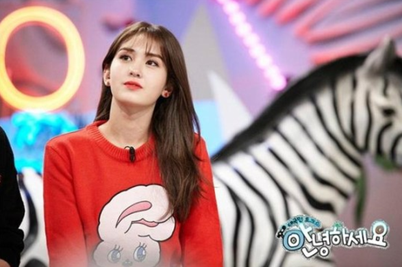 "I.O.I's Jeon Somi To Auction Off Some Of Her Cherished Items On ""Hello Counselor"""