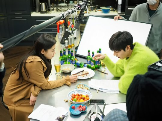 """Lee Min Ho And Jun Ji Hyun Crack Up The Crew As They Act Drunk In Making-Of Shots From """"The Legend Of The Blue Sea"""""""