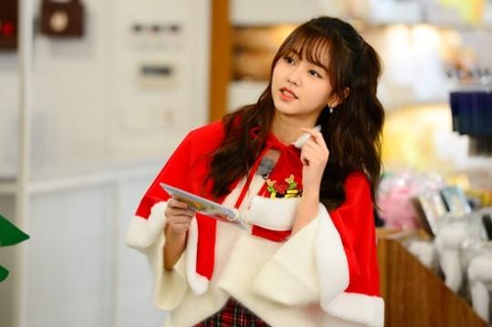 "Kim So Hyun Is An Adorable Christmas Elf On ""Running Man"""