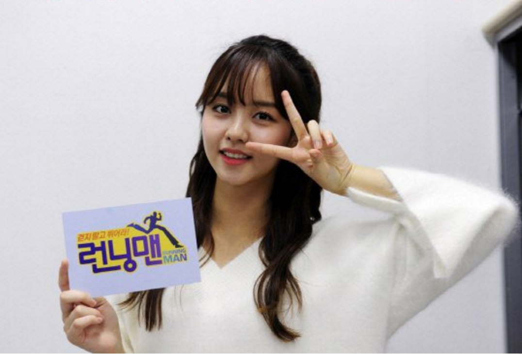 """Kim So Hyun Gets Festive For The Holidays In Cute Outfit On """"Running Man"""""""
