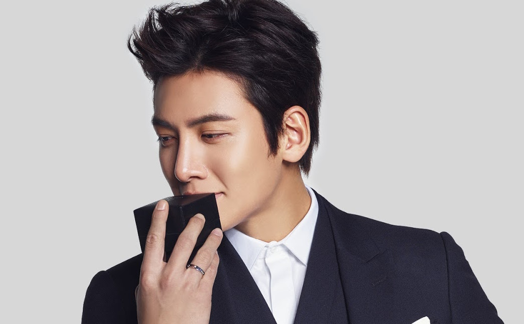 Ji Chang Wook Takes An Adorable Mid-Flight Selfie With A Mystery Lady