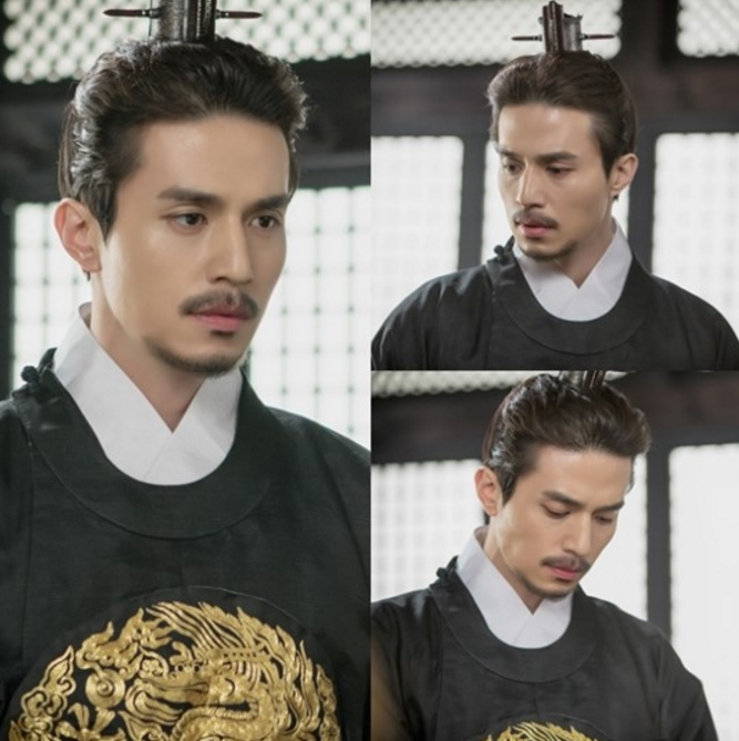 """Lee Dong Wook Wears Traditional Robes For Upcoming Episode Of tvN's """"Goblin"""""""
