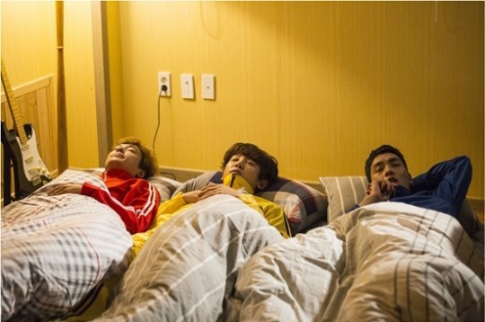 """Jung Kyung Ho, EXO's Chanyeol, And Choi Tae Joon Look Warm And Cozy In New Bromantic """"Missing 9"""" Stills"""