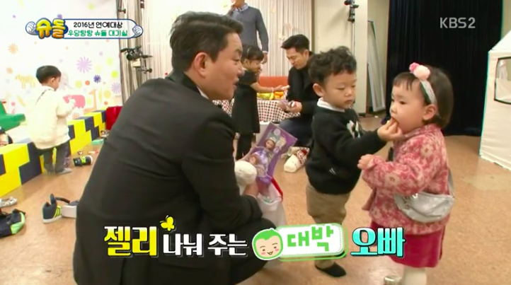 Daebak Is A Sweet Gentleman To Rohee Behind-The-Scenes At KBS Entertainment Awards
