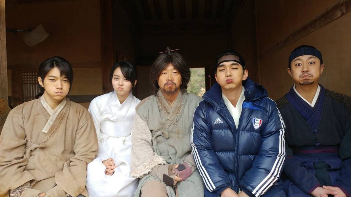 Yoo Seung Ho Shares Photo With Kim So Hyun, L, And More Filming New MBC Drama
