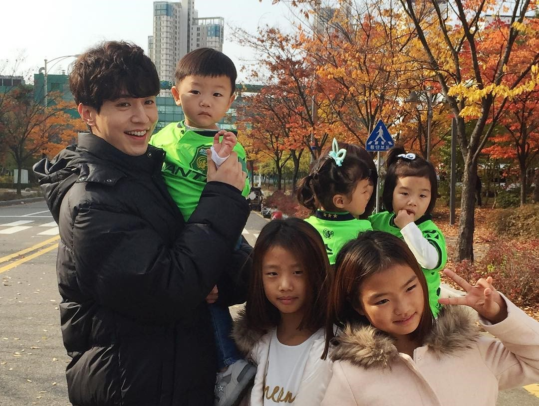 """Goblin"" Releases Behind-The-Scenes Clips Of Lee Dong Wook's Reunion With Daebak And Sisters"