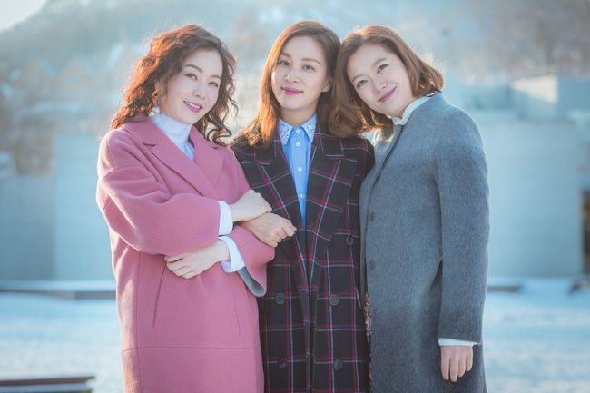 """Perfect Wife"" Lead Actors Are Legitimately Best Buddies In A Newly Revealed Still"
