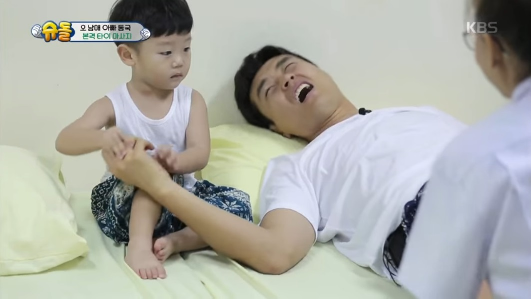 Daebak Bursts Into Tears When Lee Dong Gook Pretends To Be In Pain
