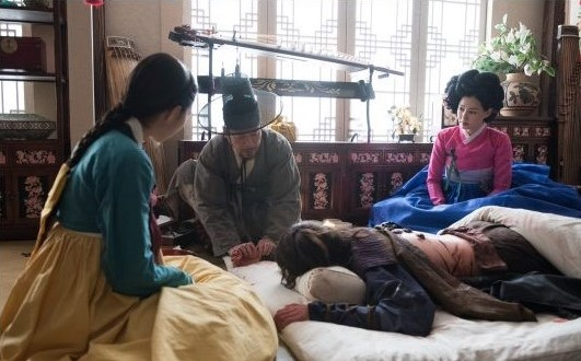 "Chae Soo Bin And Honey Lee Are Yoon Kyun Sang's Rescuers In ""Rebel: Thief Who Stole the People"" Stills"